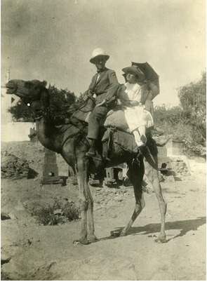 Lowell Thomas and wife, Frances Ryan Thomas, on camel (1921).
